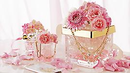 Розовые розы и хризантемы