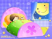 Девочка спит в кроватке с игрушкой