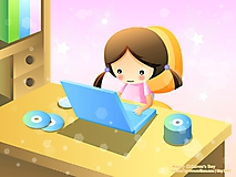 Девочка работает за компьютером
