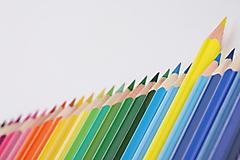 Цветные карандаши на сером фоне